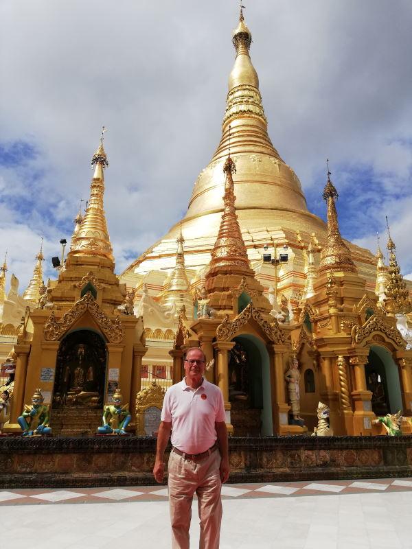 Matti Heinonen pagodin edessä